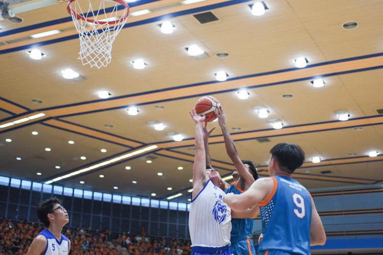 Rajvir Singh Gill (ASRJC #13) tries for the basket. (Photo 1 © Iman Hashim/Red Sports)