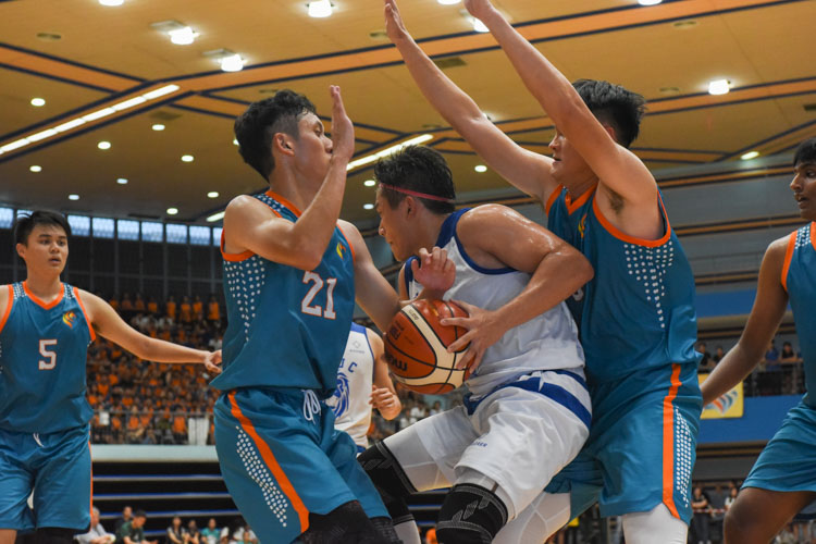 Dorian Chin (TMJC #23) gets double-teamed. (Photo 1 © Iman Hashim/Red Sports)