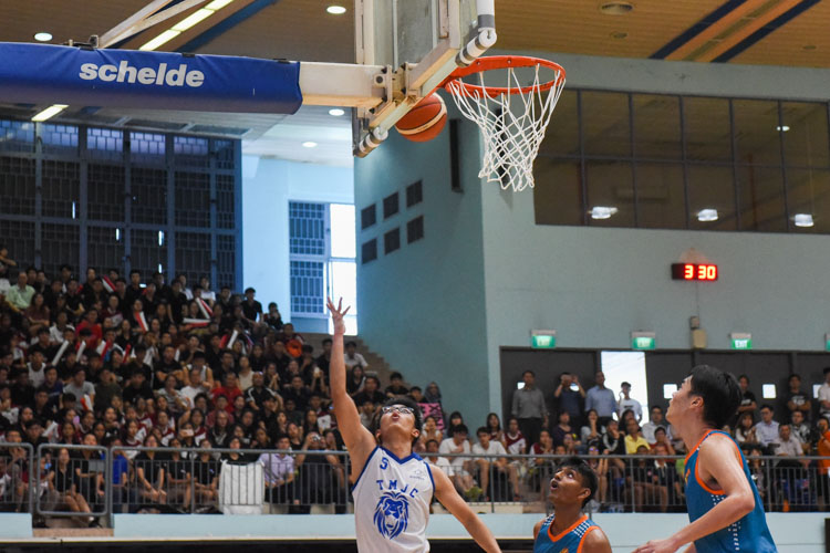 Jovan Wong (TMJC #5) goes for the lay-up. (Photo 1 © Iman Hashim/Red Sports)