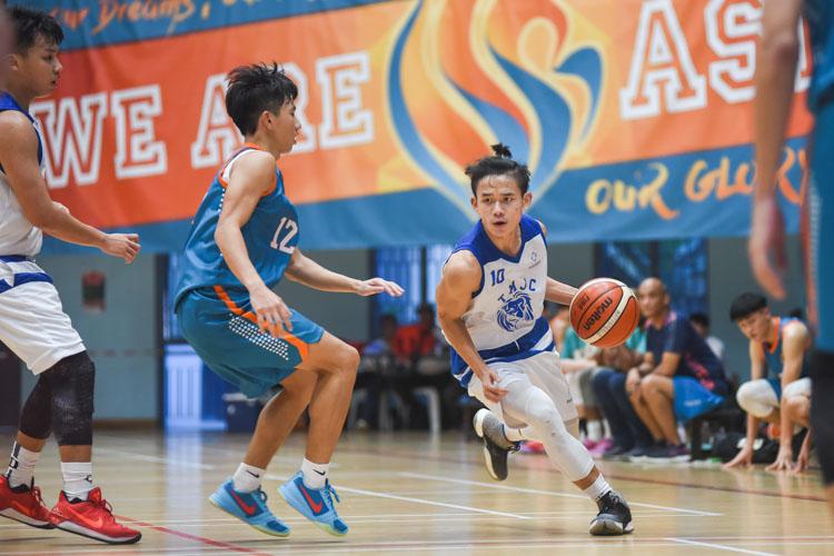 Tiong Chuan Yao (TMJC #10) drives into the paint. (Photo 1 © Iman Hashim/Red Sports)