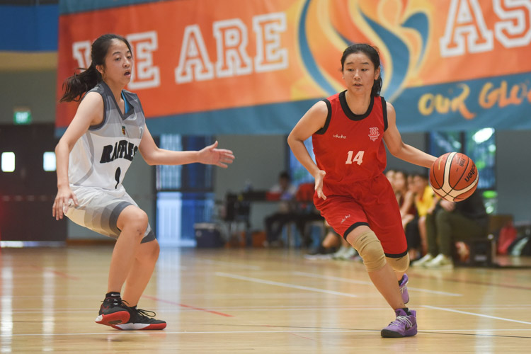 Silin (HCI #14) dribbles upcourt. (Photo 1 © Iman Hashim/Red Sports)