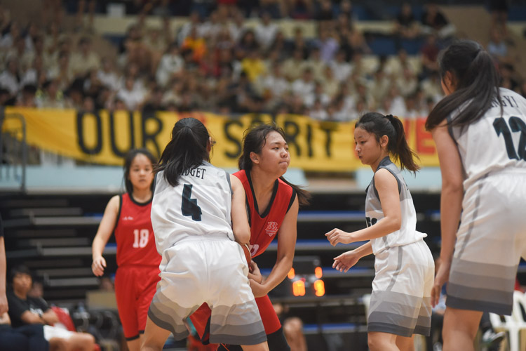 Qun Fang (HCI #42) and Bridget Lum (RI #4) tussle for the ball. (Photo 1 © Iman Hashim/Red Sports)