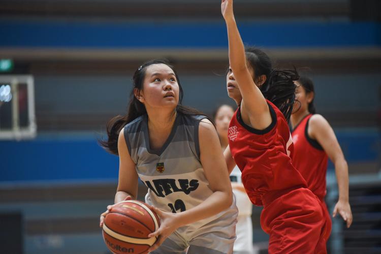 Tan Kang Yi (RI #12) eyes the basket. (Photo 1 © Iman Hashim/Red Sports)