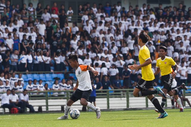 Ahmad Yusuf (SAJC #9) shimmies past VJC defenders. (Photo 1 © Iman Hashim/Red Sports)