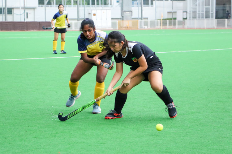 Alisha Natasha B Hanafi (EJC #18) makes a pass out from defence. (Photo 4 © Clara Lau/REDintern)