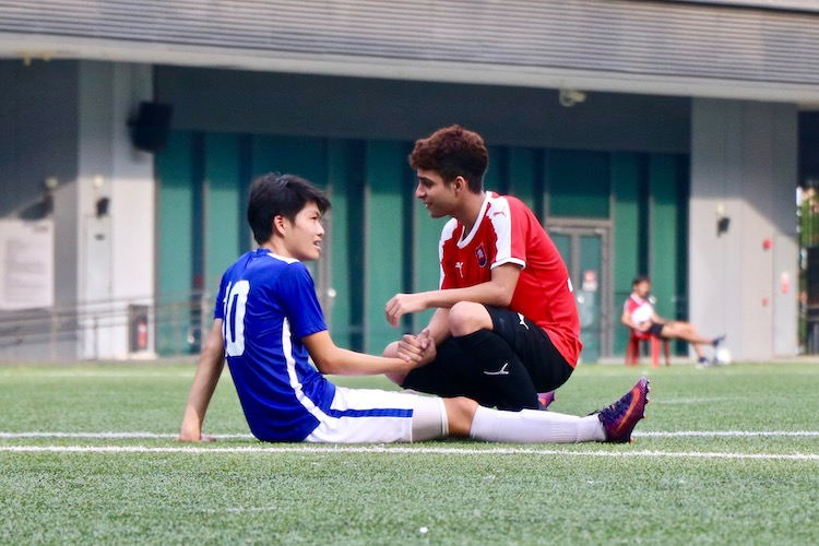 Shaked Shalev (#10) of NYJC and Victor Lim (#10) of TMJC share a moment. (Photo 10 © Julianna Jothi/Red Sports)