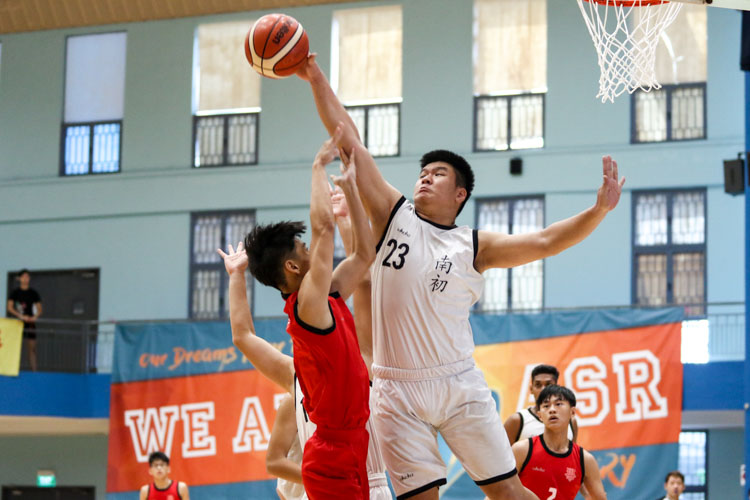 Jeremy Teo (NYJC #23) blocking an attempted shot by Ondre Tann (HCI #3). (Photo 1 © Clara Lau/Red Sports)