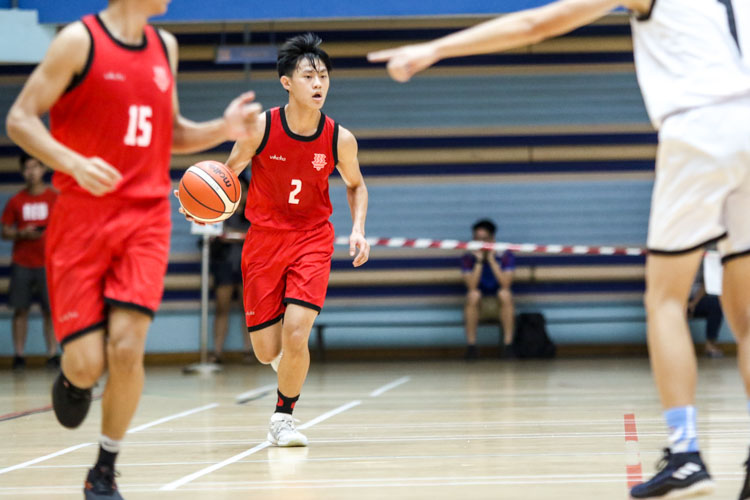 Lim Jing Jie (HCI #2) looking for a pass as he dribbles the ball down the court. (Photo 3 © Clara Lau/Red Sports)