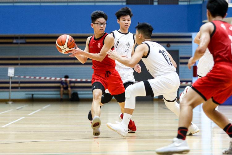 Chin Jhin Tee (HCI #13) shields the ball from Glenn Tan (NYJC #10). (Photo 6 © Clara Lau/Red Sports)