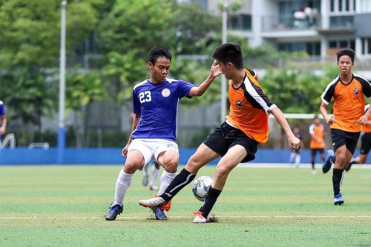 Hameezan (TMJC #23) tries to get around SAJC defender Aloysius Lam (SAJC #4). (Photo 4 © Clara Lau/REDintern)
