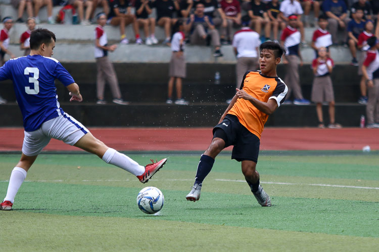 Ahmad Yusuf (SAJC #9) attempts a shot at goal. (Photo 9 © Clara Lau/REDintern)