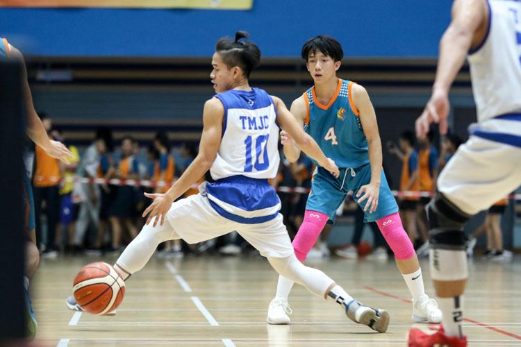 Louis Ho (ASRJC #4) passes the ball through the legs of Tiong Chuan Yao (TMJC #10). (Photo 19 © Clara Lau/REDintern)