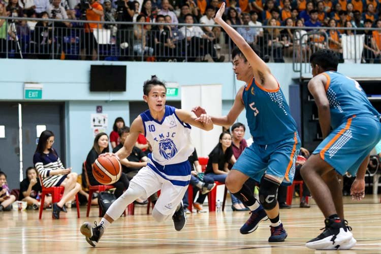 Tiong Chuan Yao (TMJC #10) dribbles his way upcourt. (Photo 26 © Clara Lau/Red Sports)