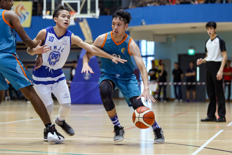 Keith Tan (ASRJC #21) dribbles the ball towards the basket. (Photo 21 © Clara Lau/REDintern)