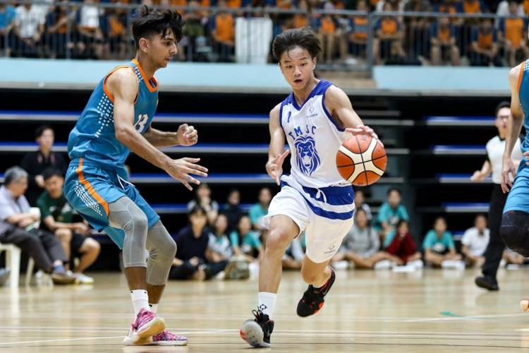 Darryl Chan (TMJC #7) surges forward with the ball. (Photo 23 © Clara Lau/REDintern)