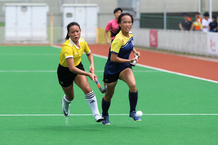 Rachel Ow (VJC #21) and Christine Teo (EJC #4) chases after a loose ball. (Photo 2 © Clara Lau/REDintern)