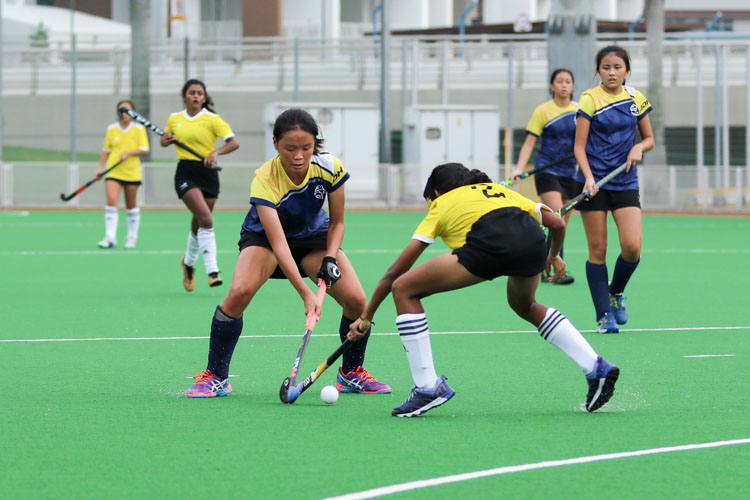 Shannon Woo (EJC #21) and Mylsamy Boojha Rukmi (VJC #2) competes for possession. (Photo 4 © Clara Lau/REDintern)
