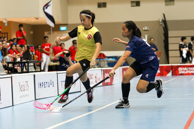 Heng Ying Ying (RV #6) shadows Mavis Ng Ker Hui (VJC #34) down the wing. (Photo 11 © Clara Lau/REDintern)