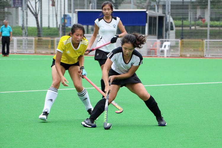 Dareen Tan (SAJC #8) guards the ball. (Photo 5 © Clara Lau/REDintern)