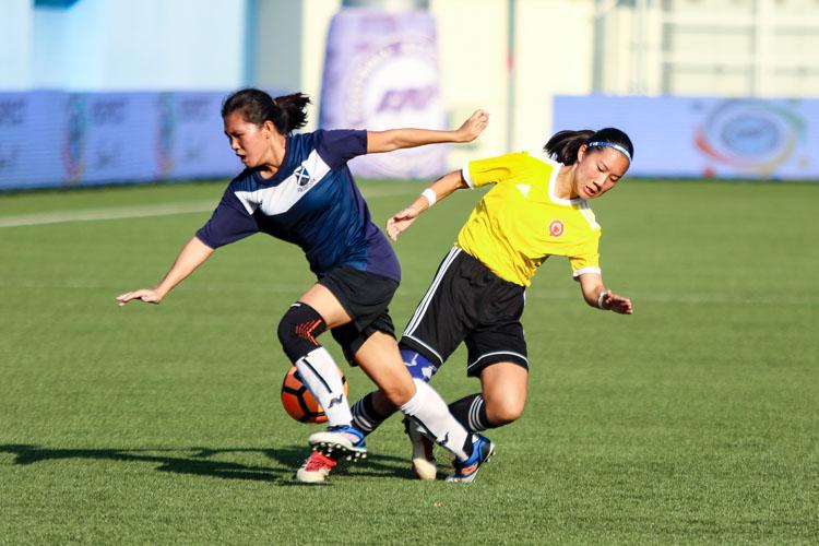 Joie Teo (VJC #10) collides with Cecilia Lok (SAJC #16). (Photo 6 © Clara Lau/REDintern)