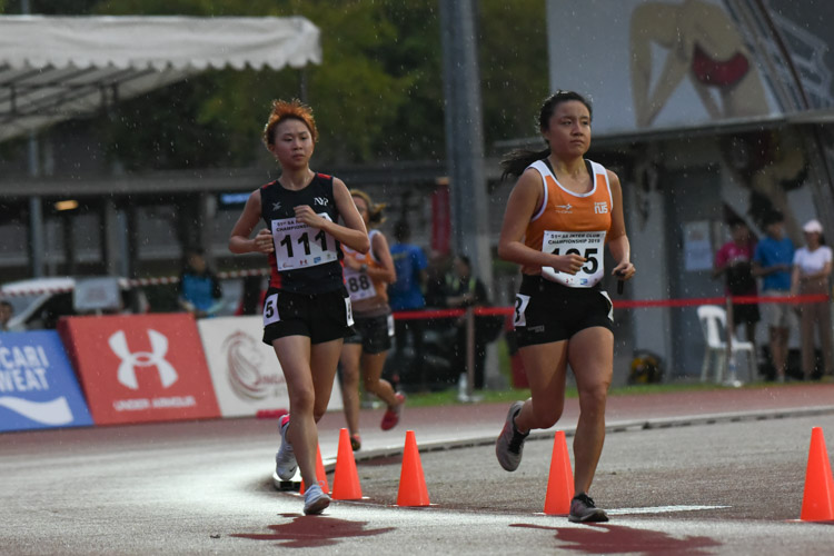 Lok Xing Ying (right) of NUS finished second in the Women's 10,000m with a time of 42:53.67. (Photo 1 © Iman Hashim/Red Sports)