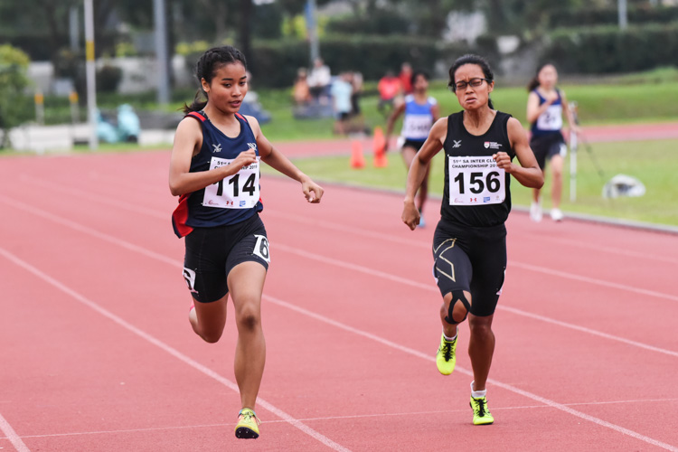 NYP's Noor Fatehah (#114) pips NTU's Grace Ng (#156) to the gold in the Women's 400m final with a time of 1:04.70. (Photo 1 © Iman Hashim/Red Sports)
