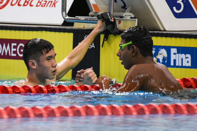 Glen Lim congratulates his competitor after the Men's 1500m Freestyle final. (Photo 1 © Iman Hashim/Red Sports)