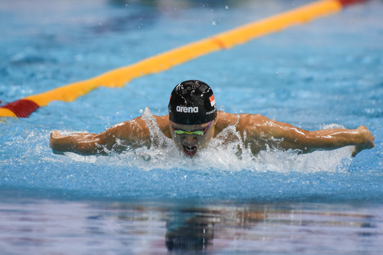 Pang Sheng Jun swimming the butterfly leg in the Men's 200m Inidividual Medley A-final. He clinched the gold with a time of 2:03.32. (Photo 1 © Iman Hashim/Red Sports)