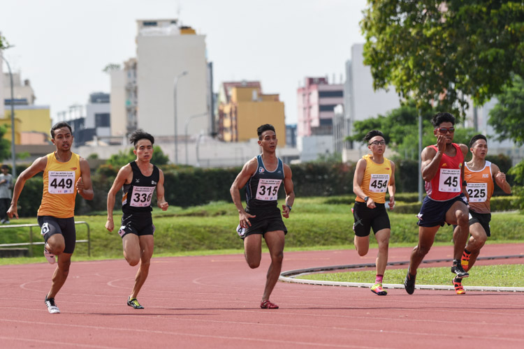 Ariff Januri (#45) of Flash Athletics Club won the Men's 200m final in 22.43s, as Muhammad Naqib Asmin (#449) of Wings Athletic Club and Alex Rodney Koh (#315) of SAFSA came in second and third respectively. (Photo 1 © Iman Hashim/Red Sports)