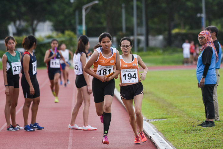 Kathleen Lin (#194) of NUS hands over to teammate Gladys Ang (#181) between the second and third legs of the Women's 4x400m Relay. (Photo 1 © Iman Hashim/Red Sports)