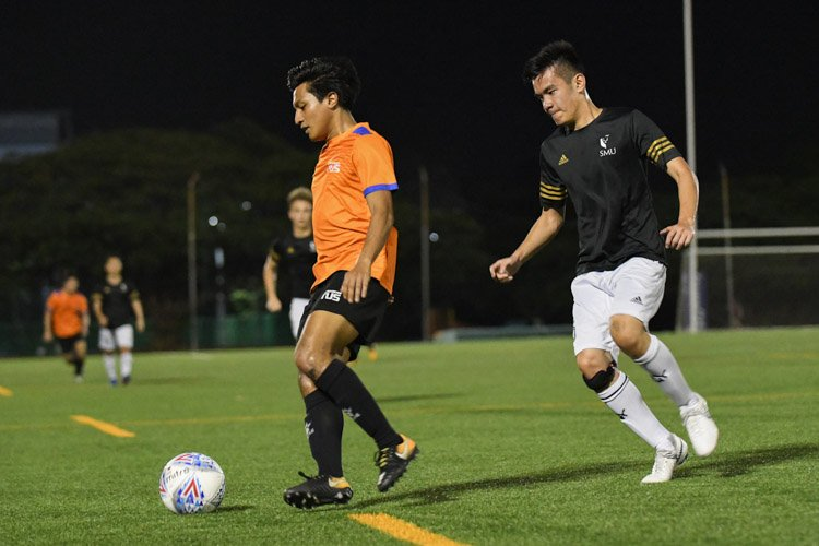 NUS and SMU played out an exciting end-to-end match which ended in 0-0 draw. Both teams wasted chances in front of goal while also faced with stellar performances by their goalkeepers. (Photo 1 © Stefanus Ian/Red Sports)