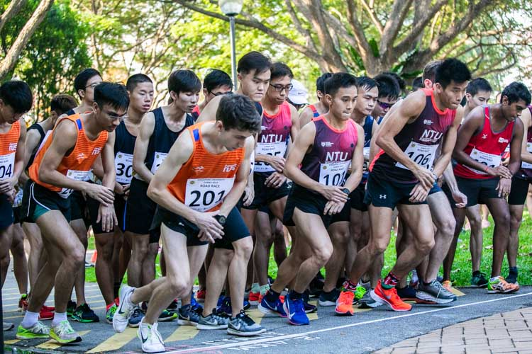 Competitors toeing the startline before the Men's race. Mitchell Basher (#201) of NUS emerged the individual champion with a time of 18:51 over the approximately 5.8-kilometre route. (Photo 1 © Iman Hashim/Red Sports)