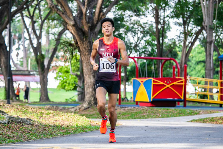 Tan Wei Jie (#106) finished third in the Men's race in 19:29 to help NTU clinch the team title. (Photo 1 © Iman Hashim/Red Sports)