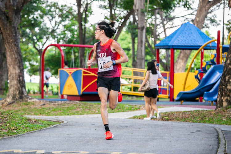 Dillon Lee (#103) of NTU finished 10th in the Men's race with a time of 20:55. (Photo 1 © Iman Hashim/Red Sports)