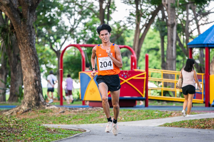 Tan Chong Qi (#204) of NUS finished 11th in the Men's race with a time of 20:59. (Photo 1 © Iman Hashim/Red Sports)