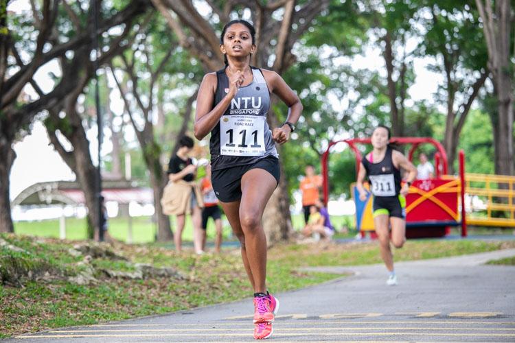 Sonali Manimaran (#111) of NTU finished 11th in the Women's race in 27:25. (Photo 1 © Iman Hashim/Red Sports)