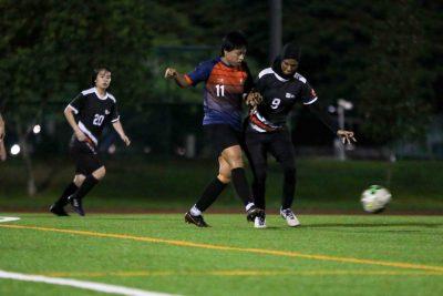 Goal scorer Darvina Halini (SUSS #11) passes the ball despite oncoming pressure from Rabiatul (SIT #9). (Photo 1 © Clara Lau/Red Sports)