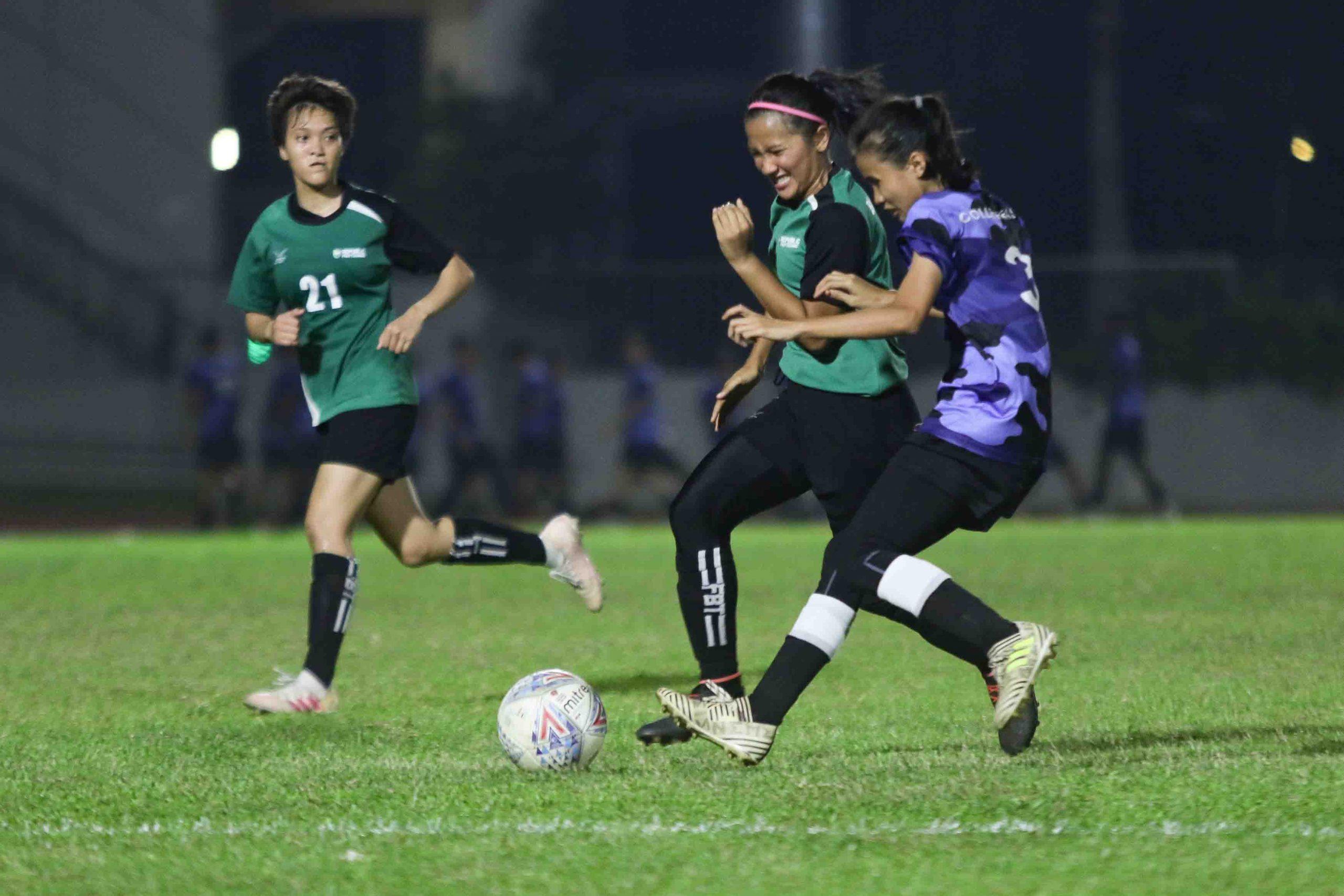 Nur Jannah Bte Khamis (ITE #3) and Nur Izzati Binte Rosni (RP #13) competes for possession. (Photo 3 © Clara Lau/Red Sports)