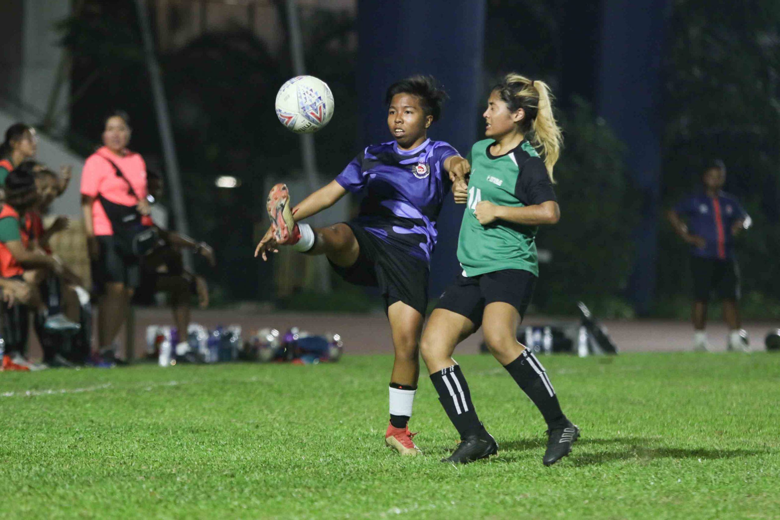 Seri Nurhidayah (ITE #10) keeps her eyes on the ball despite oncoming pressure from Danica Darshini (RP #14). (Photo 4 © Clara Lau/Red Sports)