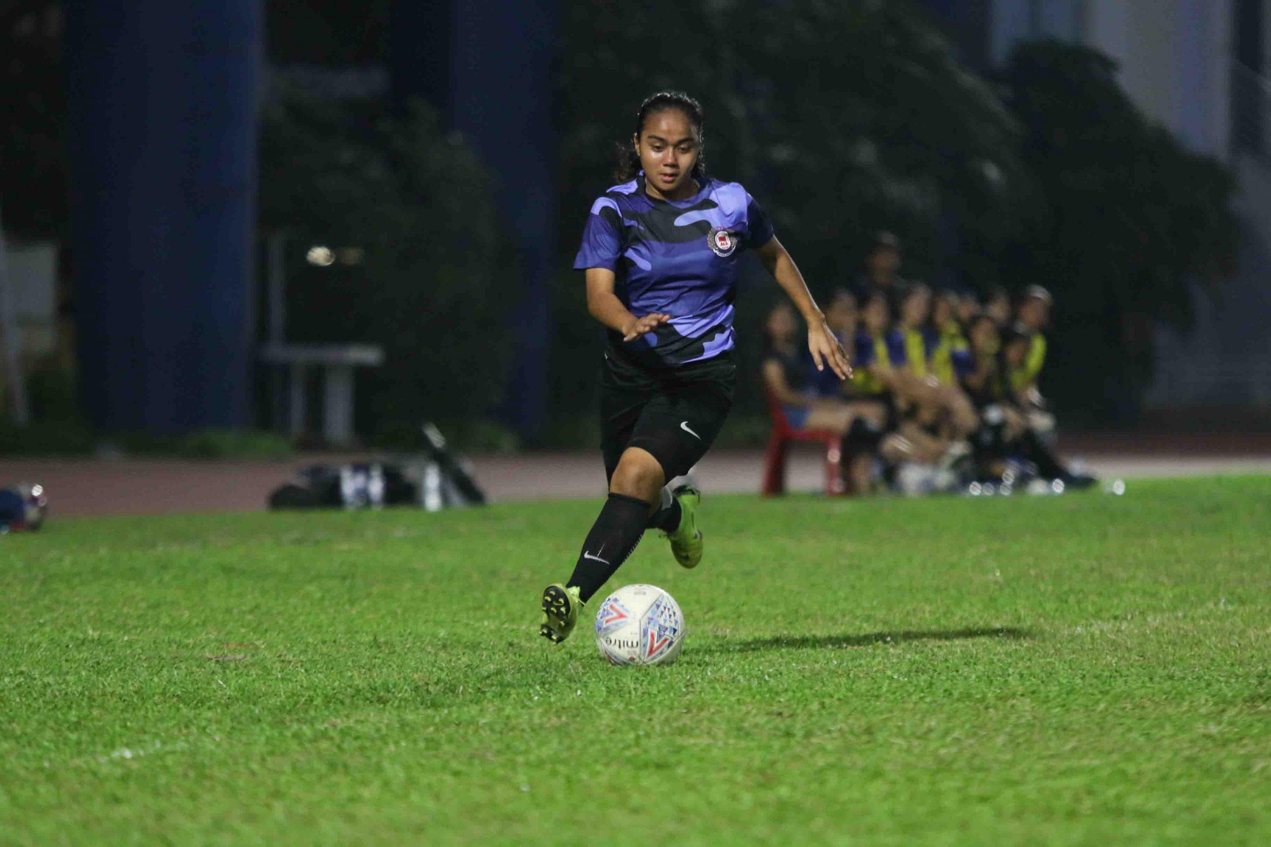 Siti Nor Aqilah Binte Md Shazali (ITE #14) speeds down the wing. (Photo 5 © Clara Lau/Red Sports)