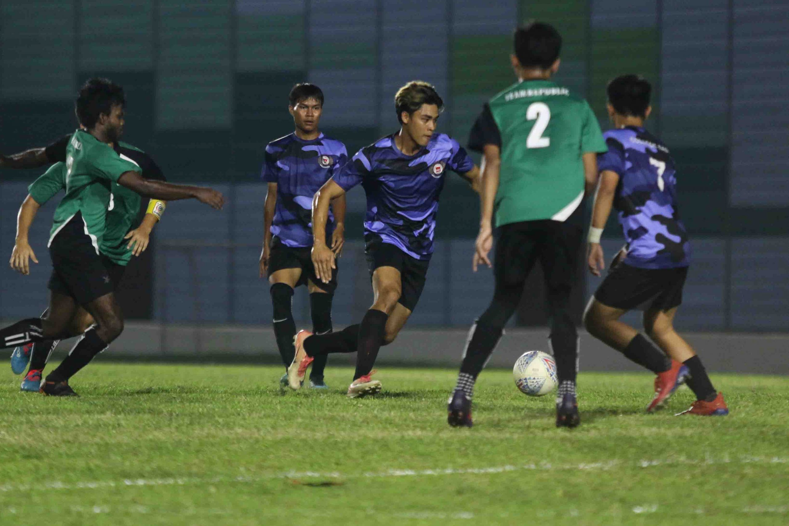 Muhammad Khairul Ikhwan (ITE #25) dribbles the ball through midfield. (Photo 5 © Clara Lau/Red Sports)