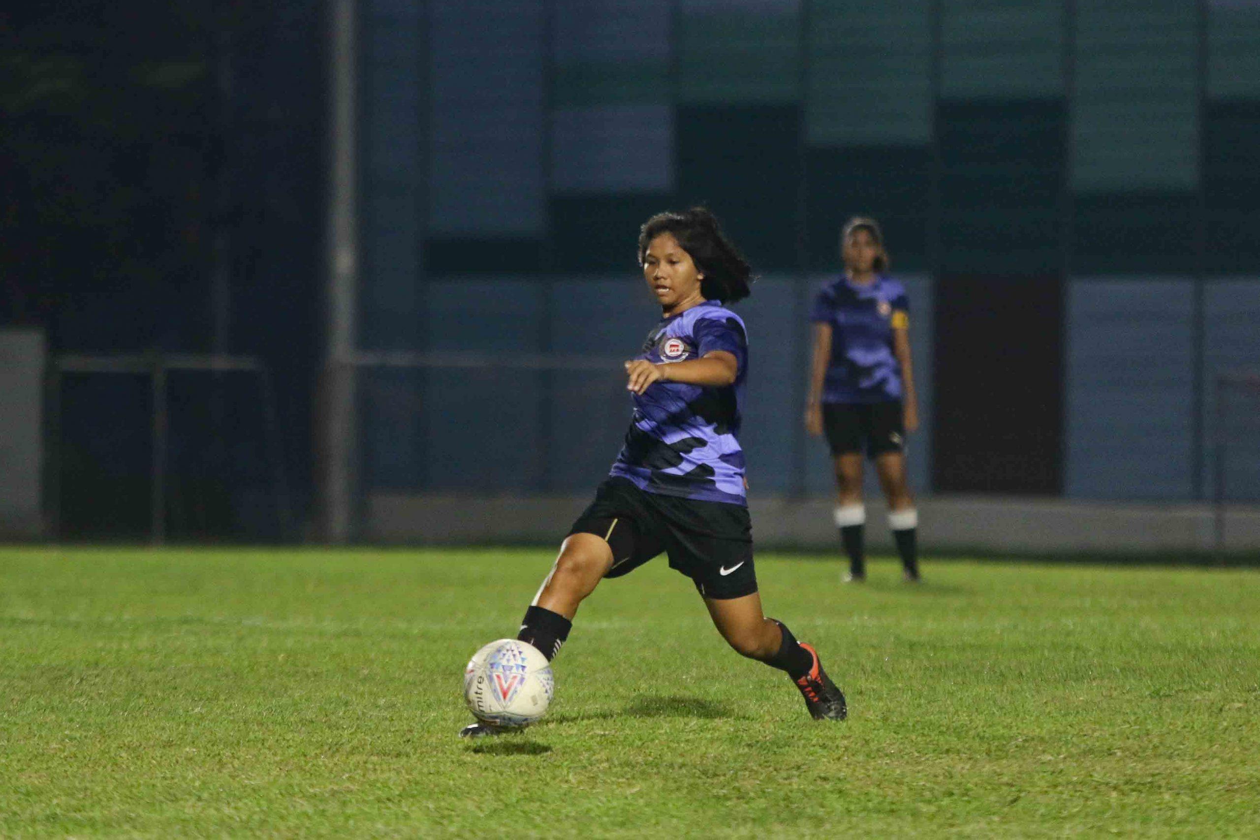 Nur Syazwani Binte Mohammad Ruzi (#8) makes a pass from midfield. (Photo 7 © Clara Lau/Red Sports)