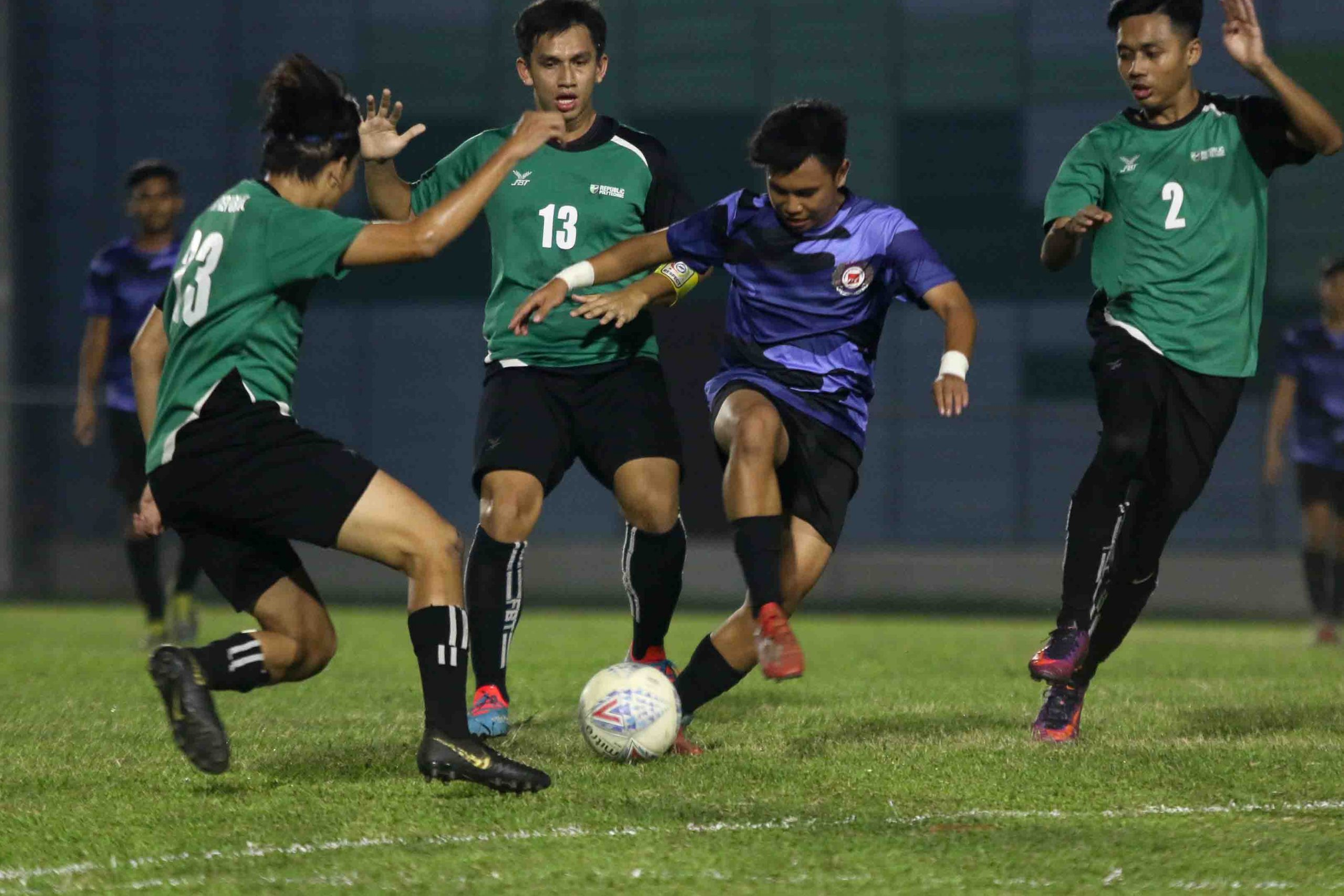 Muhd Azizi B Rahman (ITE #7) trying to dribble his way through a crowded RP defence. (Photo 1 © Clara Lau/Red Sports)