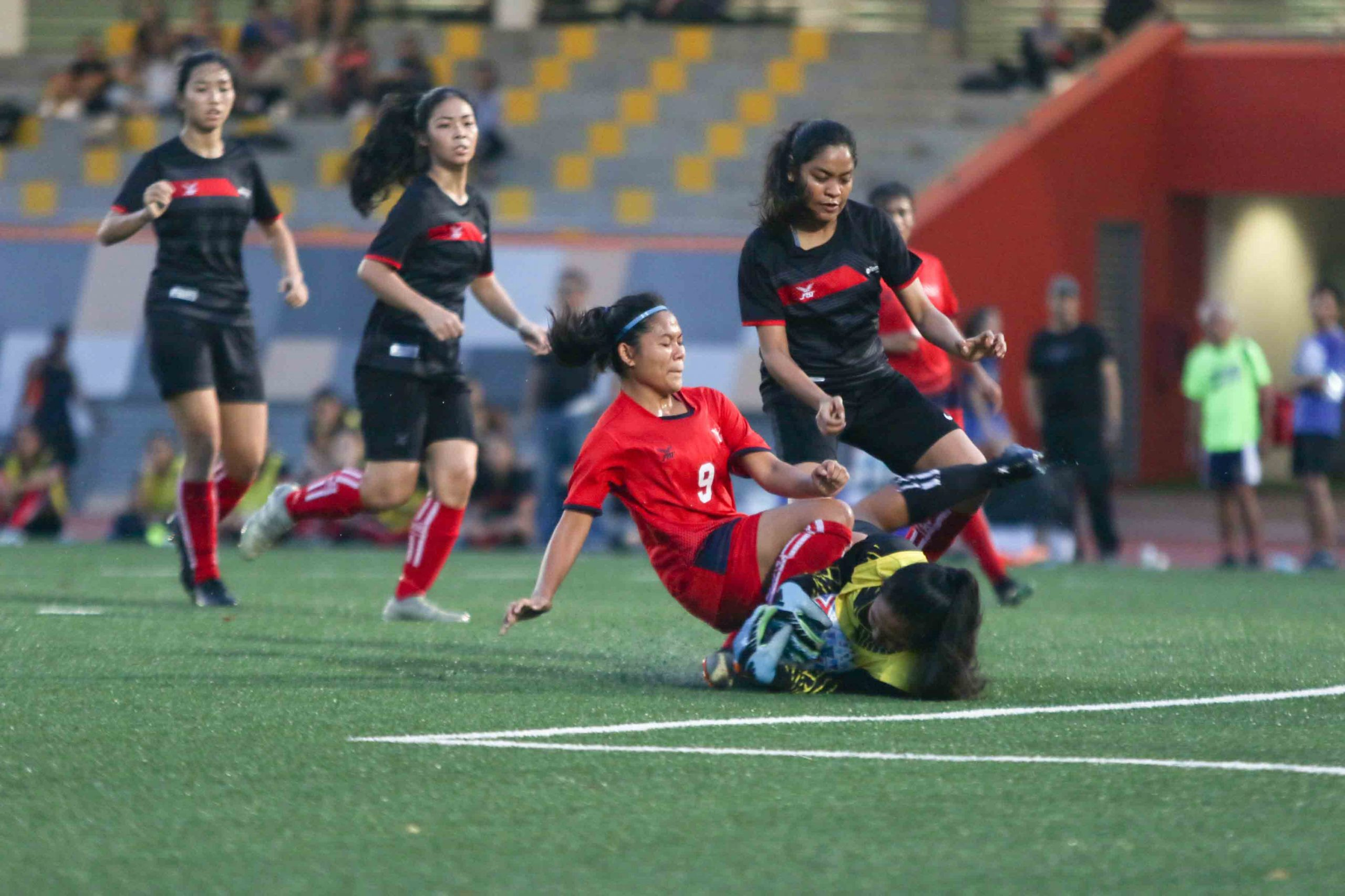 Nur Shaahidah (NYP #9) and Nurul Faizah (TP #1) collide in the box. (Photo 2 © Clara Lau/Red Sports)