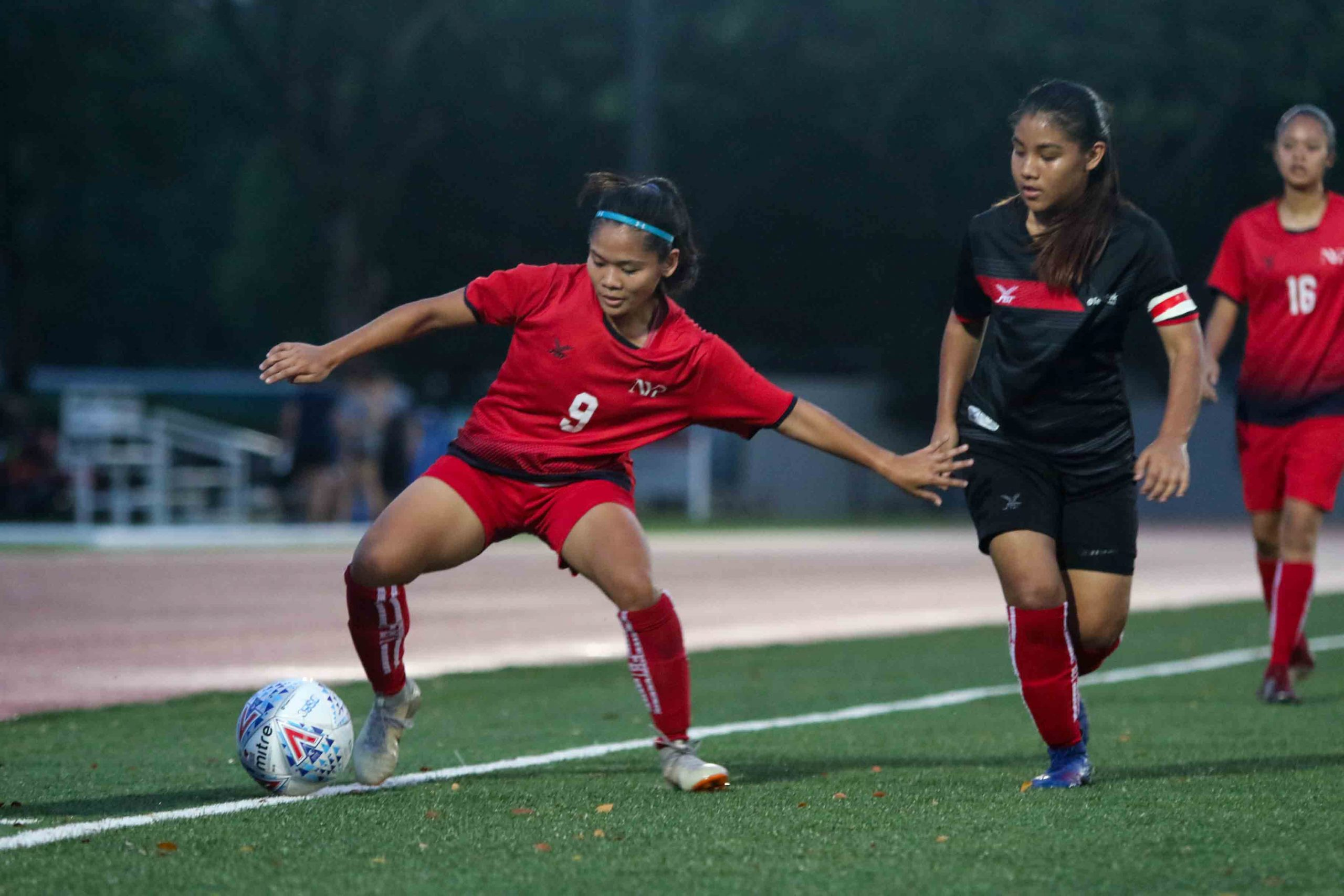 Nur Shaahidah (NYP #9) stretches to keep the ball in play. (Photo 3 © Clara Lau/Red Sports)