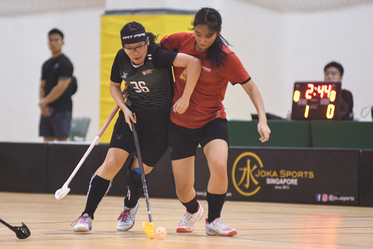 Shannon Yeo (NTU #36, in black) using her body as a shield to keep possession. In a top-of-the-table clash, NTU cruised to a 5-0 victory over TP to book their place in the semi-final. (Photo 1 © Stefanus Ian/Red Sports)