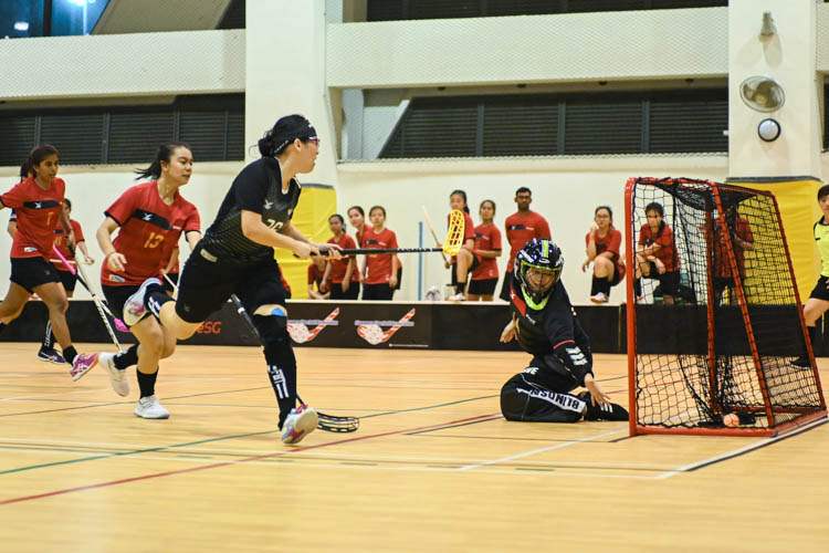 Shannon Yeo (NTU #36, in black) wrong-footed the TP goalkeeper to slot the ball into the goal for NTU. In a top-of-the-table clash, NTU cruised to a 5-0 victory over TP to book their place in the semi-final. (Photo 1 © Stefanus Ian/Red Sports)