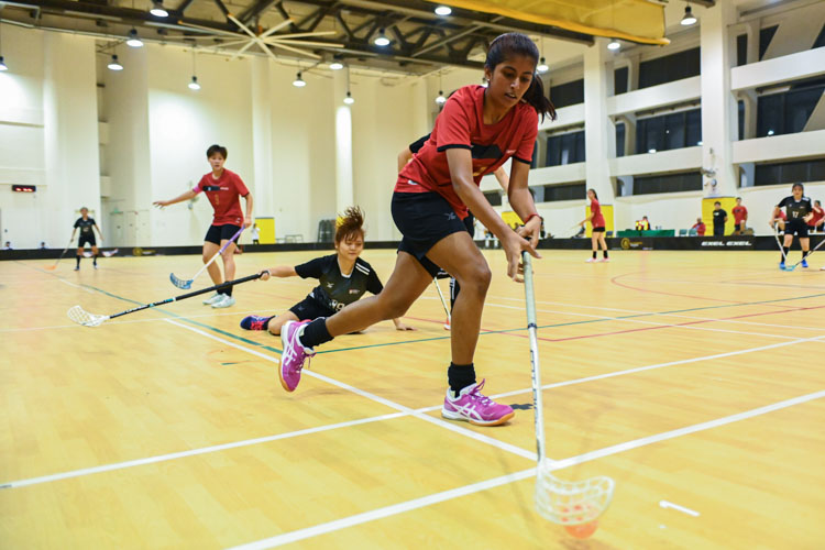 Hrithie Menon (TP #7, in red) dribbling the ball past her opponent during the match. In a top-of-the-table clash, NTU cruised to a 5-0 victory over TP to book their place in the semi-final. (Photo 1 © Stefanus Ian/Red Sports)