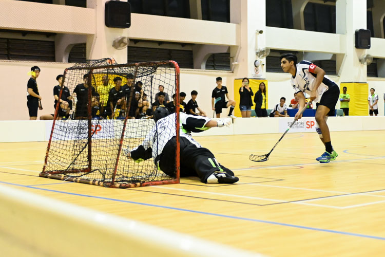Kumaresa Pasupathy (SMU #34) scoring a penalty for his team. Singapore Management University knocked Singapore Polytechnic out of the IVP with a score of 6-2 in their final group match. (Photo 1 © Stefanus Ian/Red Sports)