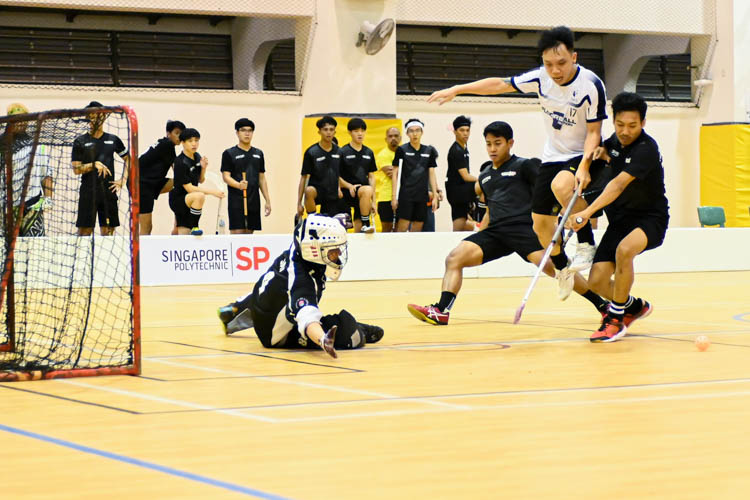 Sng Jian Da (SMU #17) fighting for the ball during the match. Singapore Management University knocked Singapore Polytechnic out of the IVP with a score of 6-2 in their final group match. (Photo 1 © Stefanus Ian/Red Sports)